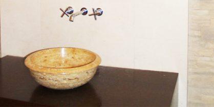 De la pierre naturelle dans la salle de bain